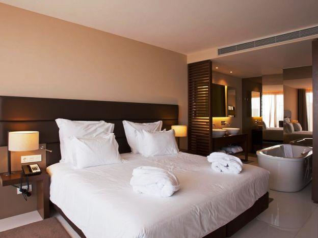 Yellow Lagos Meia Praia guestrooms