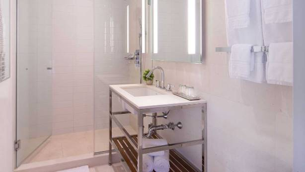 cassa hotel nyc guestroom bathrooms