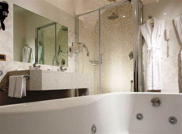 The Hotel Nazionale guestroom bathroom