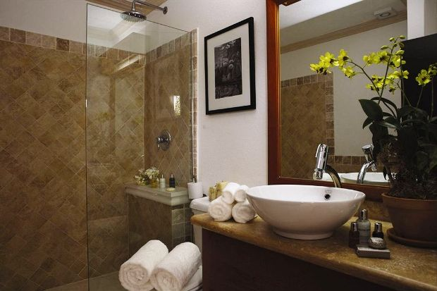 Silver Point Hotel guest room bathroom